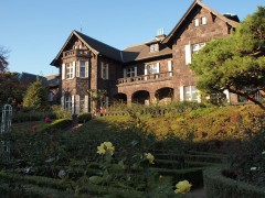 旧古河庭園で洋館とバラと紅葉のコラボを楽しむ