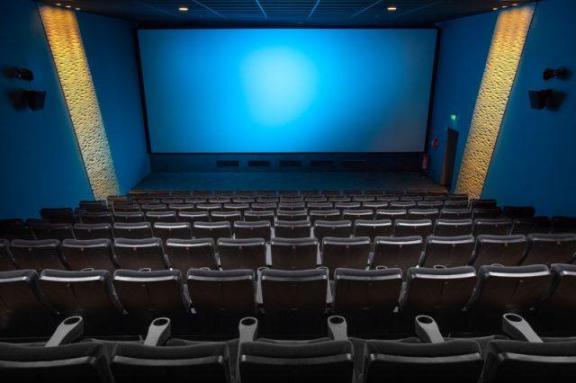 映画館で映画を観る