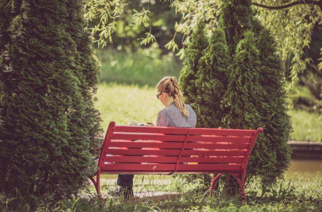 公園のベンチで美味しいパンやコーヒーとともに