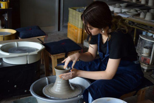 陶芸体験で日常で使える器をつくる