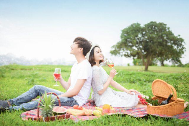 芝生の上にシートを広げてピクニック