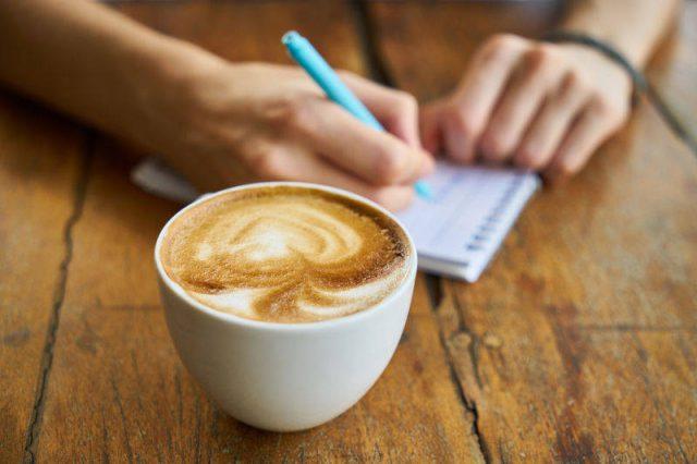 カフェで自分と向き合う時間を過ごす