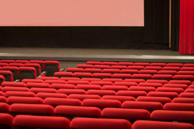 映画館で映画をみる