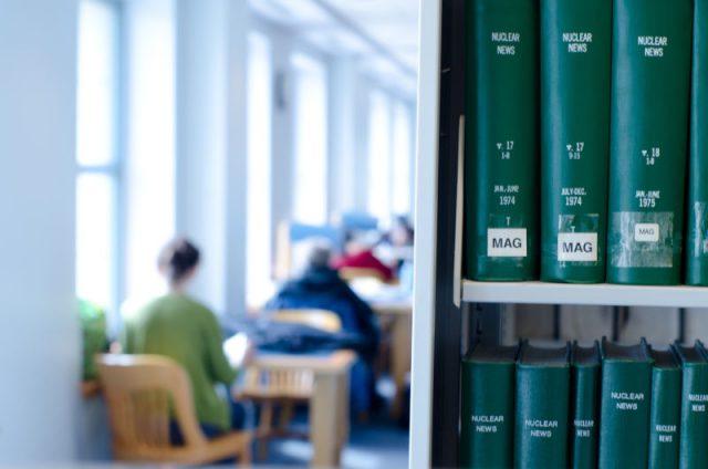 図書館で過ごす