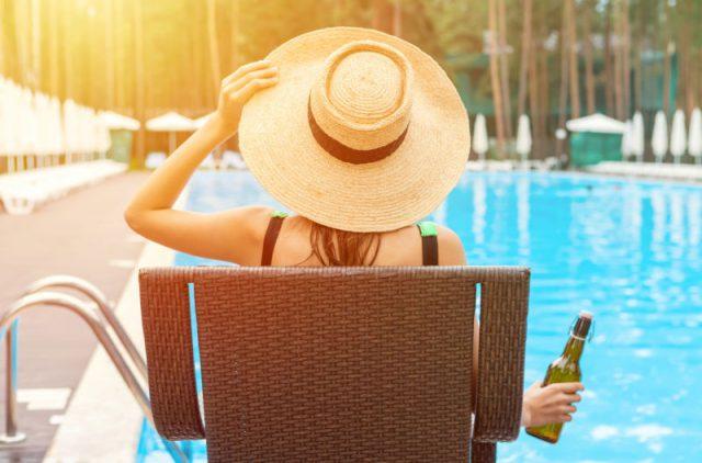 ホテルのプールでリゾート気分を味わう
