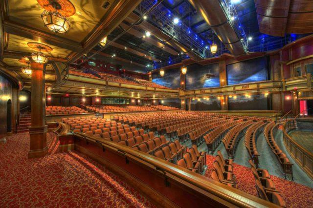 劇場での演劇や音楽鑑賞