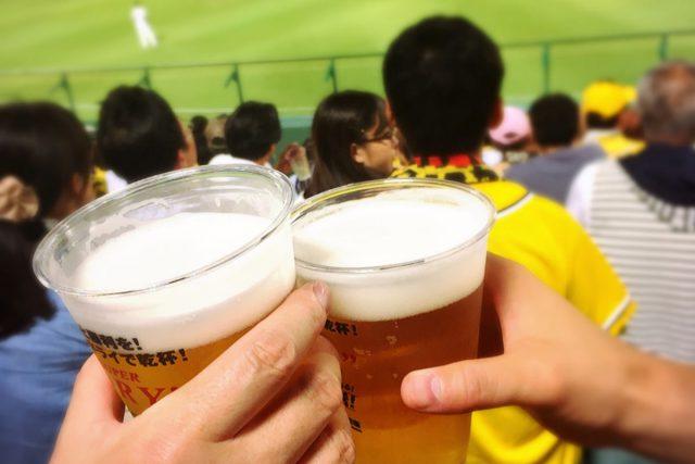 ビール片手にスポーツ観戦