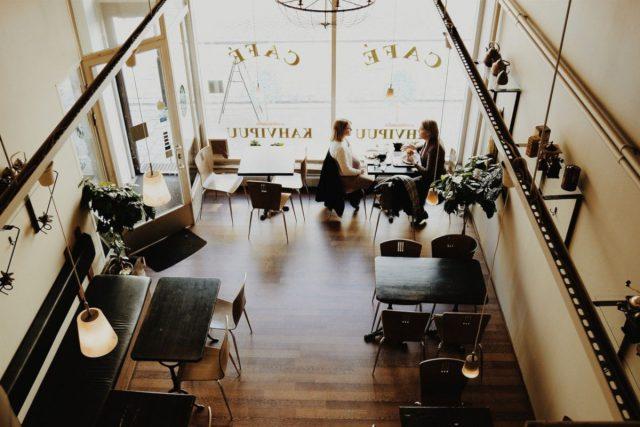 静かなカフェで過ごす